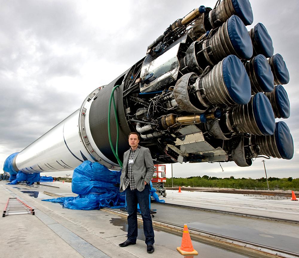 Elon Musk devant la dernière fusée Dragon