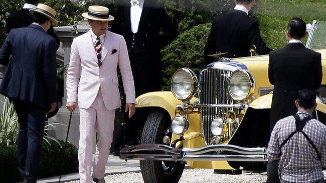 Dicaprio admire la Duesenberg du dernier Gatsby (non seulement ce n'était pas une Duesenberg dans le roman mais celle-ci est une fausse...)