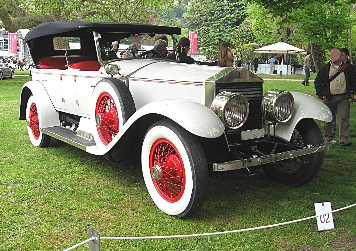 Une vrai Rolls Phantom II Tourer de 1922. Celle du roman est couleur jaune crème très rare, avec les sièges vert. C'était sûrement une Tourer car Gatsby y transportait ses amis comme dans un bus pour aller aux soirées.