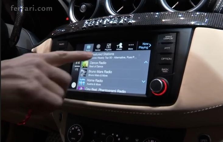 Carplay et Ferrari : le software et le hardware. La Ferrari FF est le premier véhicule équipé du Carplay de Apple.
