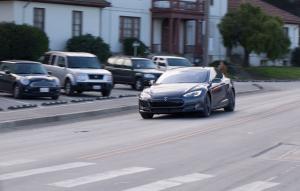 La Tesla model S aura le mode «absurde» : 0 à 100 km/h en 2.8 s.